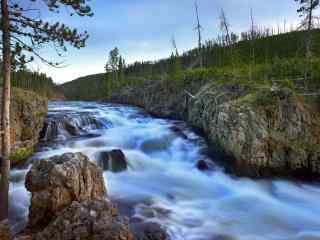 唯美山涧溪流壁纸_山涧溪流风景壁纸_青山绿水高清桌面壁纸