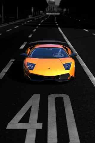 公路上黄色法拉利