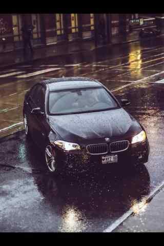 黑色宝马汽车雨中