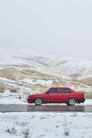 雪中行驶的大众汽