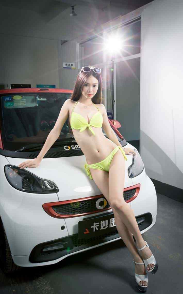 黄色泳装车模高清手机壁纸