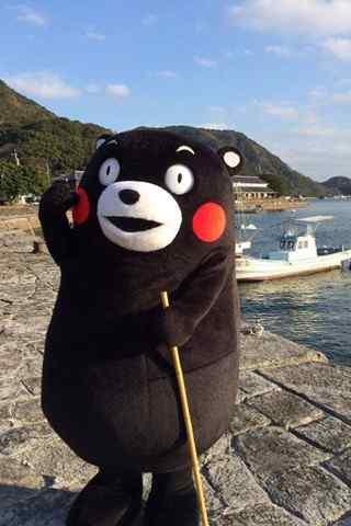 站在海边的可爱熊本熊手机壁纸
