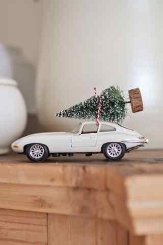 创意运圣诞树的小汽车高清手机壁纸