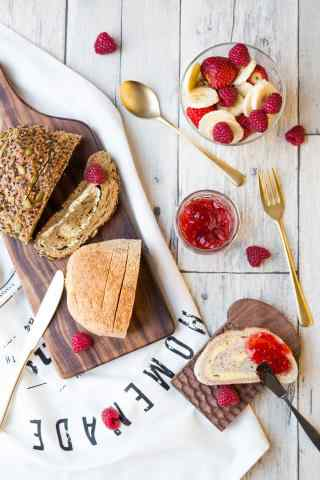 新鲜草莓配特色烤面包营养早餐图片