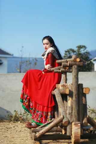 民族风长裙美女红唇妆图片手机壁纸