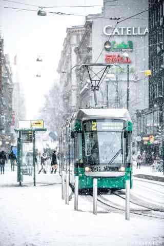 芬兰雪中浪漫的城市电车桌面壁纸