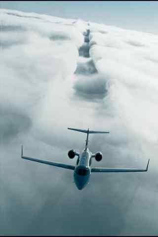 划过云层的飞机壮观风景手机壁纸