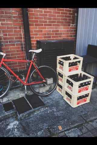 街边的红色自行车