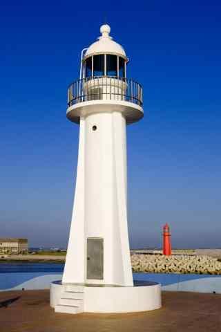 蔚蓝天空下的灯塔