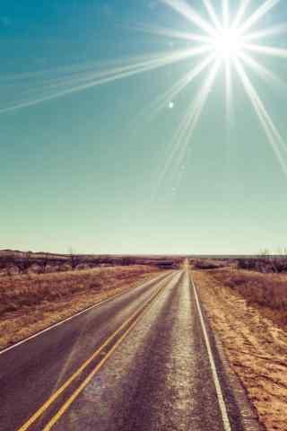 温暖阳光下的公路
