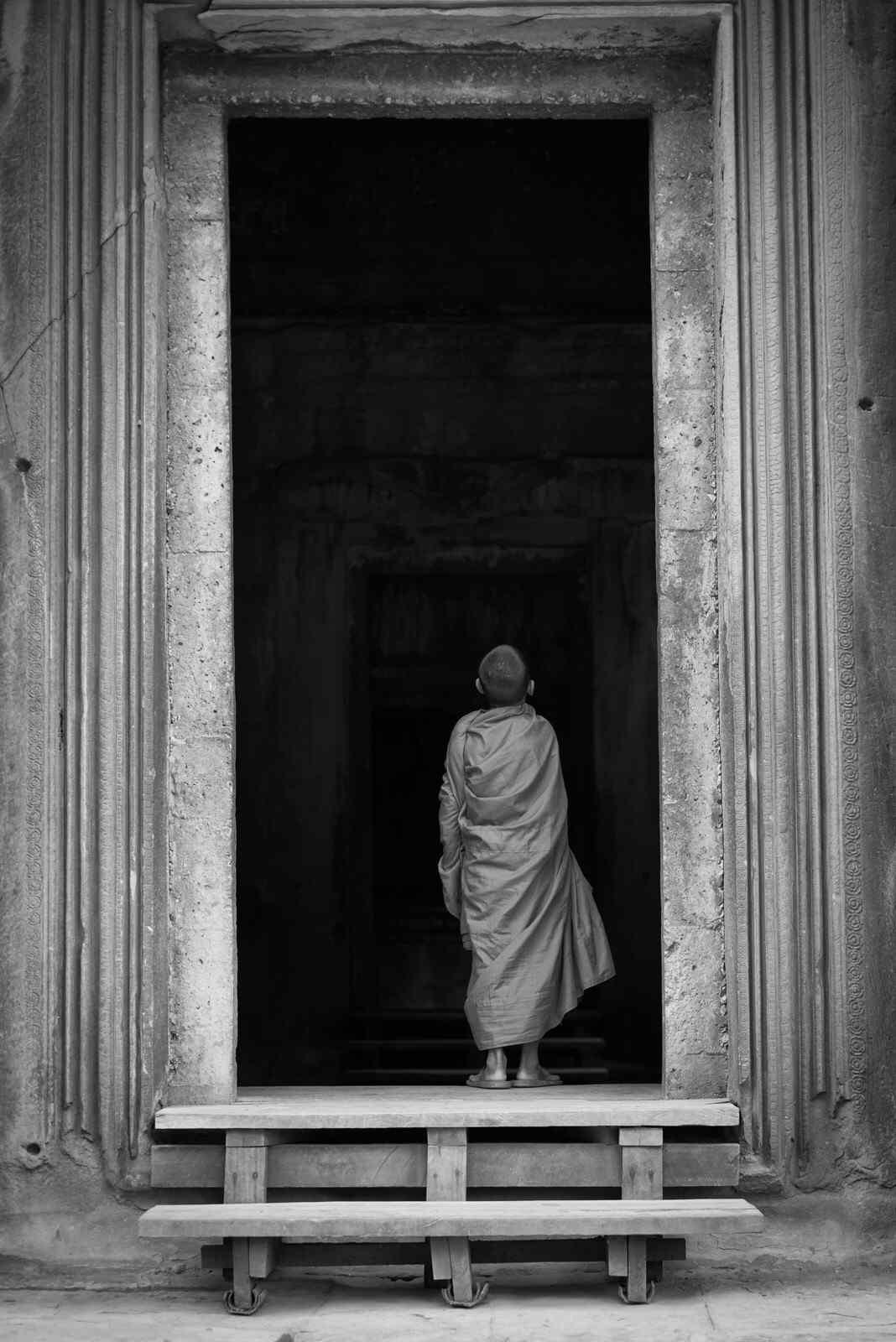 吴哥建筑和僧人神秘意境手机壁纸