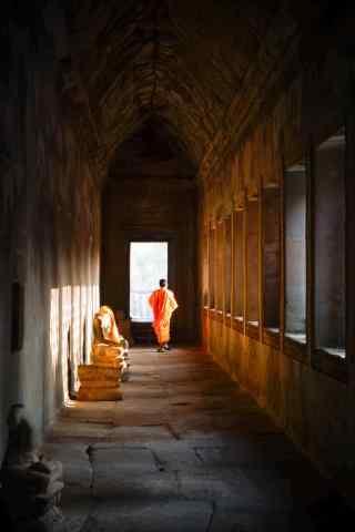 光影下的僧人吴哥人文风景手机壁纸