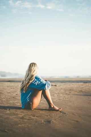 坐在沙漠里的欧美美女手机壁纸