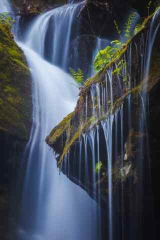 唯美的大雾山瀑布风景手机壁纸
