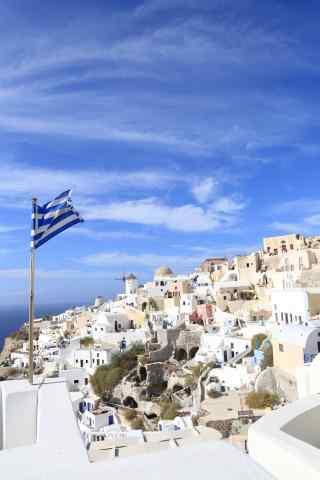 圣托里尼蔚蓝天空旗帜飘扬风景图片手机壁纸