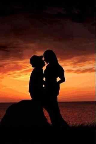 浪漫情侣晚霞下接吻手机壁纸