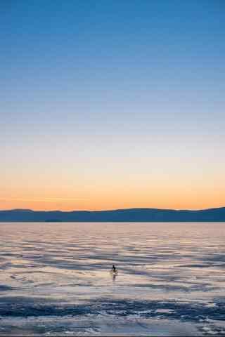 贝加尔湖广阔冰封湖面风景图片手机壁纸