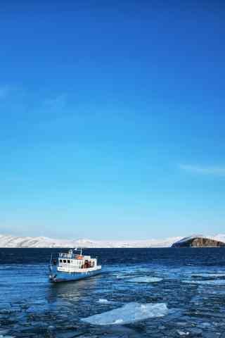 贝加尔湖冰面上的游轮图片手机壁纸