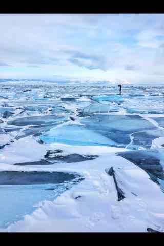 贝加尔湖冰面上的人图片手机壁纸