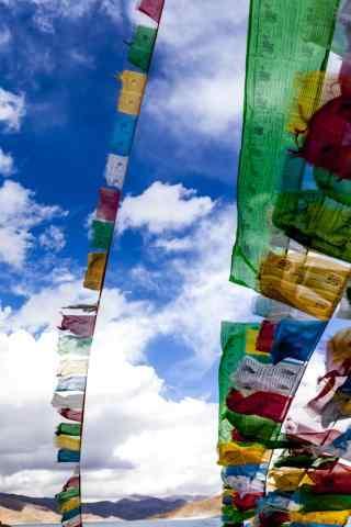 羊卓雍错唯美经幡旗的风景图片