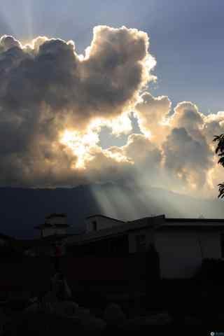 唯美的云层中的曙光图片