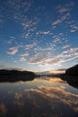 湖上的唯美曙光手机壁纸