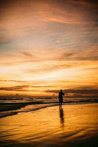 落日下的沙滩和大