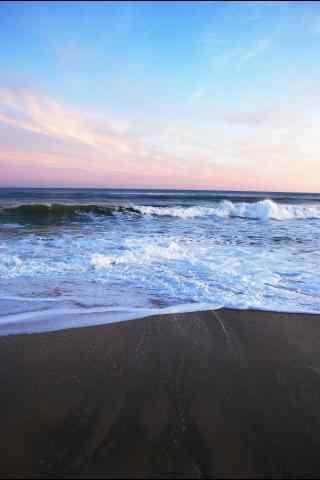 蓝色海水拍打沙滩