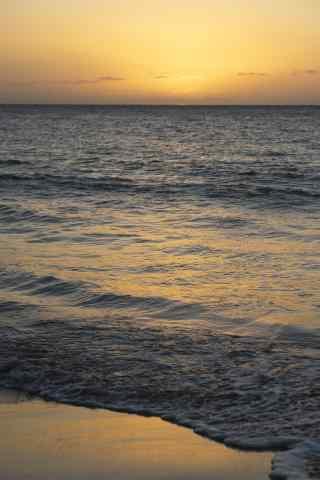 夕阳下的海边沙滩