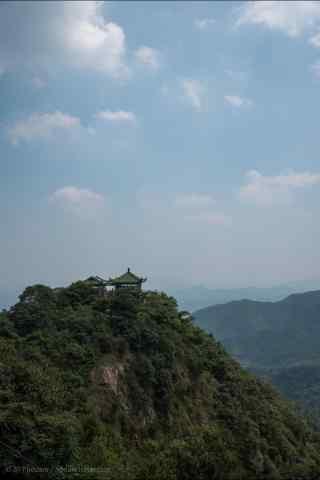 蓝天下的莫干山山顶风景手机壁纸