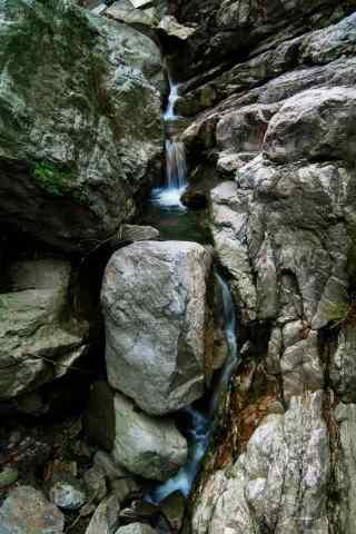 唯美庐山山石间的瀑布手机壁纸