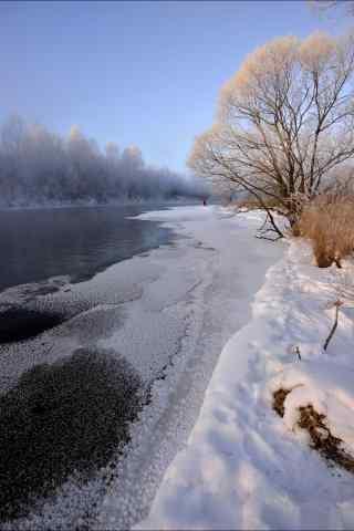 黑龙江大雪覆盖在河流上手机壁纸