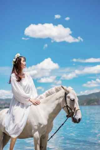 泸沽湖美女骑马写