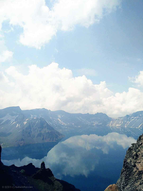 蓝天下的长白山优美风景手机壁纸