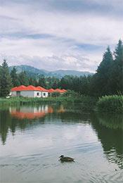 唯美湖边小屋清新自然风景手机壁纸