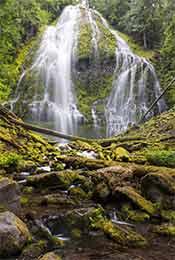 林间瀑布自然风景