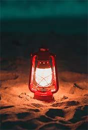 沙滩上的一盏明灯