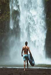 高山瀑布和男人超
