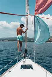 站在游艇上的男人