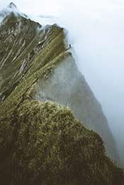 云雾中的壮观大山