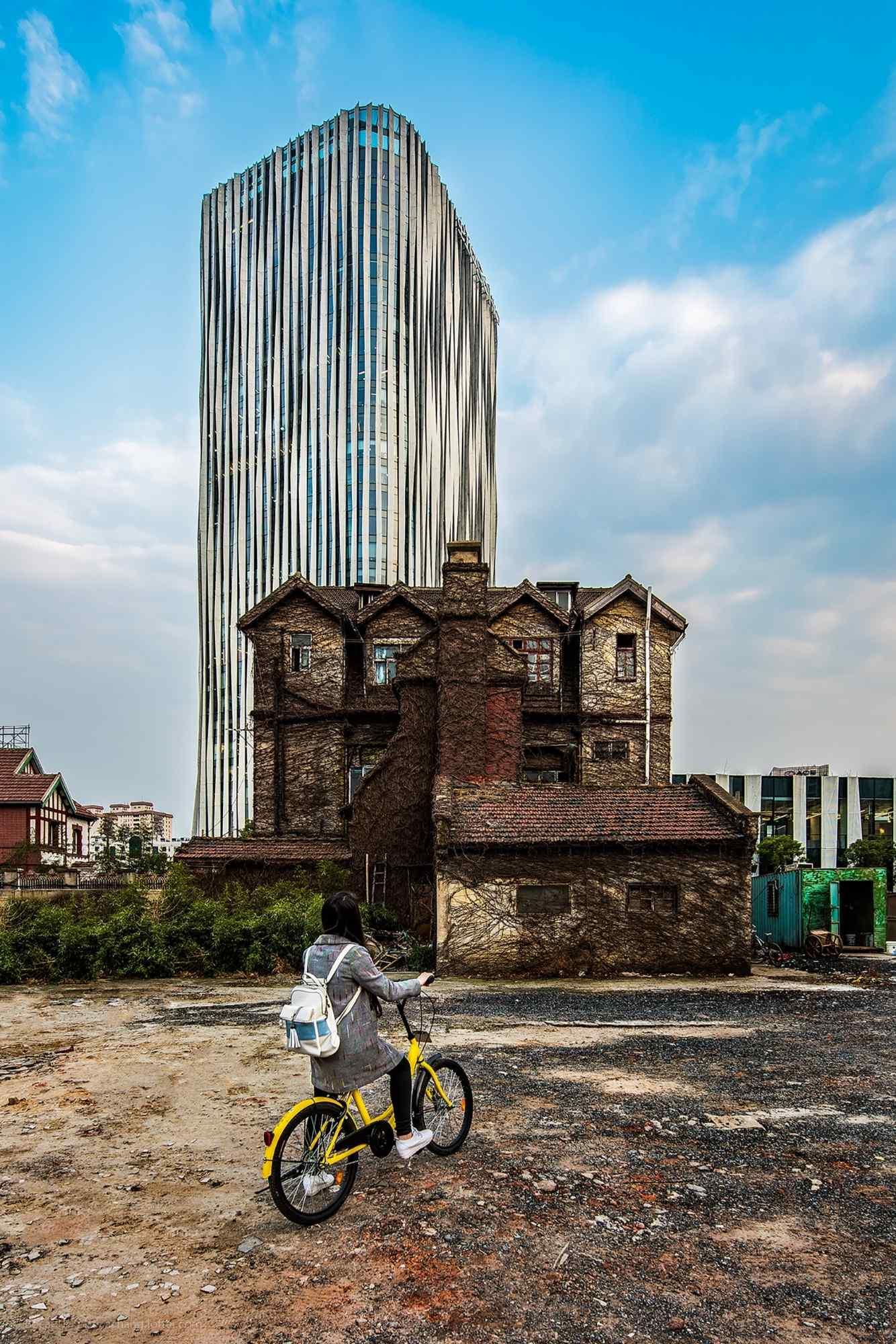 上海虹口高楼大厦与古建筑相呼应手机壁纸