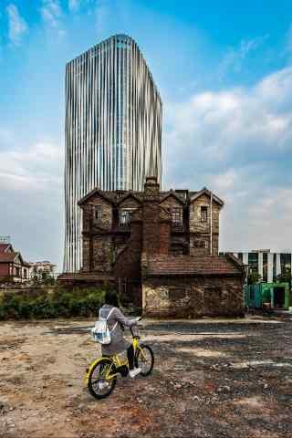 上海虹口高楼大厦与古建筑相呼应手机壁