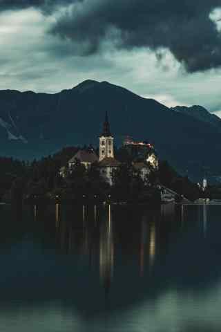 笼罩在黑夜里的神秘的城堡