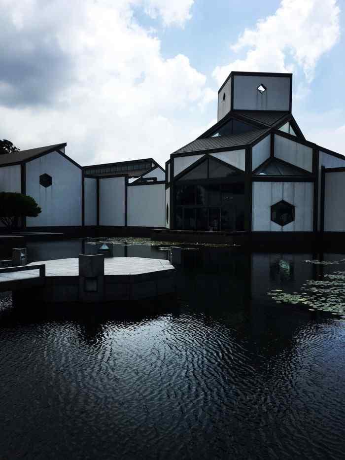 苏州博物馆之蓝色天空下的手机图片