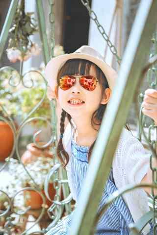 儿童节之荡秋千的小女孩手机壁纸