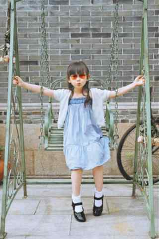 儿童节之荡秋千的小美女手机壁纸