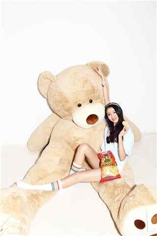 可爱手抱泰迪熊关晓彤杂志写真手机壁纸