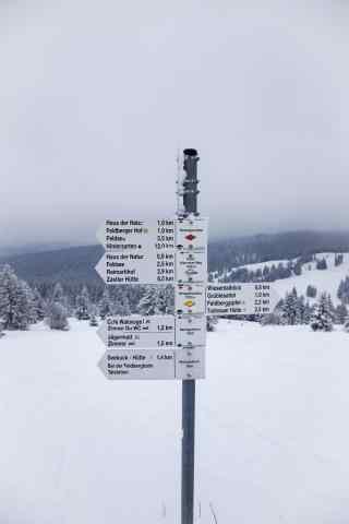 好看简约的滑雪场路标手机壁纸