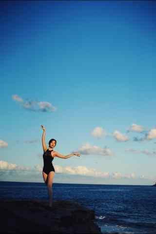 海边起舞的芭蕾美女手机壁纸