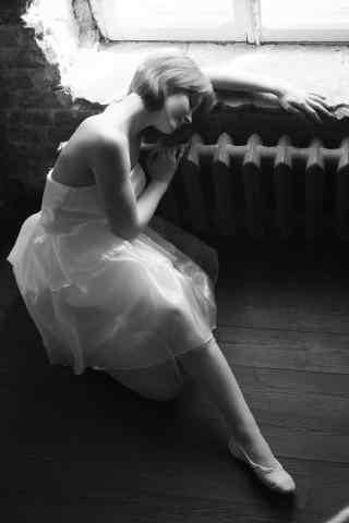 芭蕾美女靠在窗边手机壁纸